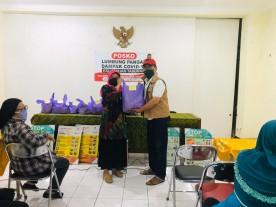 Kegiatan Penyerahan Nasi Bungkus di Posko Lumbung Pangan Kelurahan Tahunan